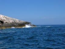 Adria-Wellen, die Schutzkappe Kamenjak in Kroatien schlagen. Lizenzfreie Stockfotografie