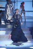 Adriana Lima camina la pista en el desfile de moda de Philipp Plein Fotos de archivo