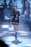 Adriana Lima camina la pista en el desfile de moda de Philipp Plein Imagen de archivo