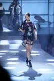 Adriana Lima camina la pista en el desfile de moda de Philipp Plein Fotografía de archivo