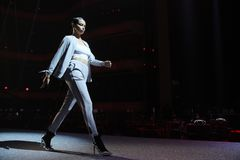 Adriana Lima camina la pista en el ensayo antes del desfile de moda de Philipp Plein Imagenes de archivo