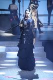 Adriana Lima geht die Rollbahn an der Philipp Plein-Modeschau Lizenzfreie Stockbilder