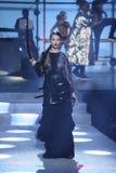 Adriana Lima geht die Rollbahn an der Philipp Plein-Modeschau Stockbild