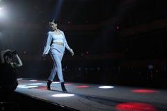 Adriana Lima geht die Rollbahn an der Wiederholung vor Philipp Plein-Modeschau lizenzfreie stockfotos