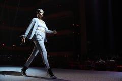 Adriana Lima geht die Rollbahn an der Wiederholung vor Philipp Plein-Modeschau stockbilder