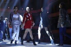 Adriana Lima, Irina Shayk y paseo de los modelos la pista en el ensayo antes del desfile de moda de Philipp Plein Imagenes de archivo