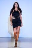 Adriana Lima modelo camina pista de Carmen Steffens en el FTL Moda SS2016 Foto de archivo libre de regalías