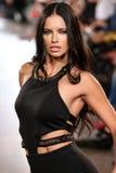 Adriana Lima modelo camina pista de Carmen Steffens en el FTL Moda SS2016 Fotografía de archivo libre de regalías