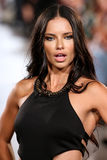 Adriana Lima modelo camina pista de Carmen Steffens en el FTL Moda SS2016 Fotos de archivo libres de regalías