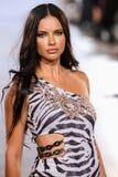 Adriana Lima modelo camina pista de Carmen Steffens en el FTL Moda SS 2016 Imagen de archivo