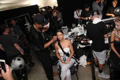 Adriana Lima que consigue listo entre bastidores para el desfile de moda de Philipp Plein Fotos de archivo libres de regalías