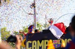 Adriano Correia brasilian spelare av det F.C Barcelona fotbollslaget, firar omgivet av konfettier, titelconsecutionen av spännvidd Royaltyfri Bild