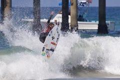 Adriano de Souza занимаясь серфингом в США раскрывает серфинга 2018 стоковое фото