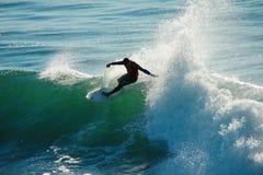 Adriano DeSouza занимаясь серфингом в Санта Чруз Калифорния Стоковые Изображения RF
