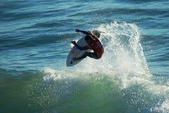 Adriano DeSouza Surfing in Kerstman Cruz Californië stock afbeeldingen