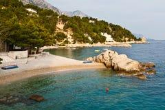 Adriatic strand i den Brela byn Arkivfoto