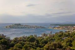 Adriatic town av den Primosten halvön Fotografering för Bildbyråer