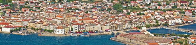 Adriatic Town av Pag-panoramat Royaltyfria Bilder