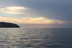 Adriatische Küste des Slowenen bei Sonnenuntergang Lizenzfreie Stockfotos