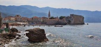 Adriatische Küste im Budva-Bereich ist unter Touristen sehr populär Lizenzfreie Stockbilder