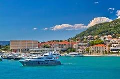 Adriatische Küste im Spaltensegelsportbestimmungsort Lizenzfreie Stockfotos
