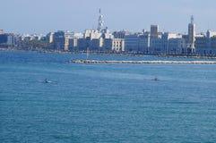 Adriatische Küste mit der Stadt von Bari im Hintergrund Stockbild