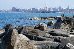 Adriatische Küste mit der Stadt von Bari im Hintergrund Stockbilder