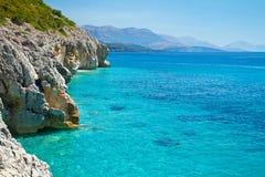 Adriatische Küste mit einem klaren blauen Meer Stockfoto
