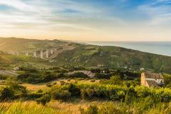 Adriatische Küstenlinie und Hügel der Abendansicht Lizenzfreies Stockfoto