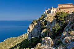 Adriatische Küstenstadt auf dem Felsen - Lubenice Stockfotografie