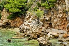 Adriatische kust dichtbij door Tucepi Stock Foto's