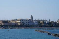 Adriatische kust met de stad van Bari op de achtergrond Royalty-vrije Stock Foto's