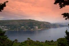 Adriatische kust op schemering royalty-vrije stock fotografie