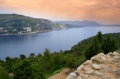 Adriatische kust op schemering royalty-vrije stock afbeelding