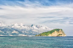 Adriatische Landschaft des Sommers - Meer und Berg Lizenzfreie Stockfotografie