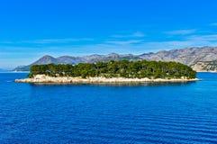 Adriatische Landschaft mit Insel im Meer Stockfotos