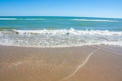 Adriatische overzeese kustmening Kust van Italië, de zomer zandig strand met wolken op horizon Stock Afbeelding