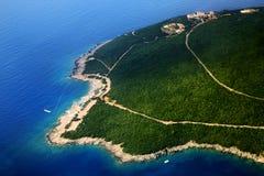 Adriatische Seeküste, grüne Berge Apfelbaum, Sonne, Blumen, Wolken, Wiese? Stockbilder
