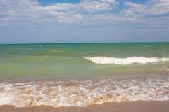 Adriatische Seeküstenansicht Küste von Italien, sandiger Strand des Sommers mit Wolken auf Horizont Lizenzfreie Stockfotografie