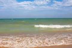 Adriatische Seeküstenansicht Küste von Italien, sandiger Strand des Sommers mit Wolken auf Horizont Stockbild