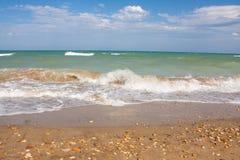Adriatische Seeküstenansicht Küste von Italien, sandiger Strand des Sommers mit Wolken auf Horizont Lizenzfreies Stockbild