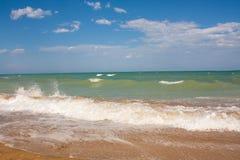 Adriatische Seeküstenansicht Küste von Italien, sandiger Strand des Sommers mit Wolken auf Horizont Lizenzfreie Stockfotos