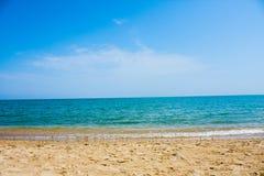 Adriatische Seeküstenansicht Küste von Italien, sandiger Strand des Sommers mit Wolken auf Horizont Stockbilder