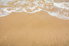 Adriatische Seeküstenansicht Küste von Italien, sandiger Strand des Sommers mit Wolken auf Horizont Lizenzfreies Stockfoto