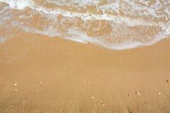 Adriatische Seeküstenansicht Küste von Italien, sandiger Strand des Sommers mit Wolken auf Horizont Stockfotos