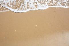 Adriatische Seeküstenansicht Küste von Italien, sandiger Strand des Sommers mit Wolken auf Horizont Stockfoto