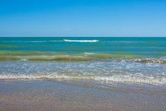 Adriatische Seeküstenansicht Küste von Italien, sandiger Strand des Sommers mit Wolken auf Horizont Stockfotografie