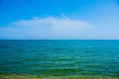 Adriatische Seeküstenansicht Küste von Italien, sandiger Strand des Sommers mit Wolken auf Horizont Lizenzfreie Stockbilder