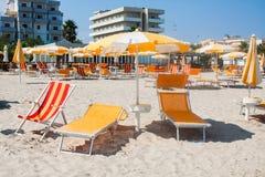 Adriatische Seeküstenansicht Küste von Italien, Sommerregenschirme auf sandigem Strand mit Wolken auf Horizont Stockfotografie