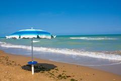 Adriatische Seeküstenansicht Küste von Italien, Sommerregenschirme auf sandigem Strand mit Wolken auf Horizont Stockfoto